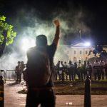 Судири пред Белата куќа, неколку американски градови под полициски час (ВИДЕО)